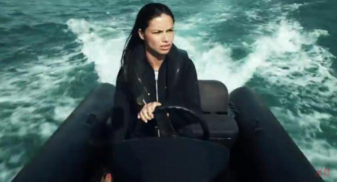 Adriana Lima en sirène des mers