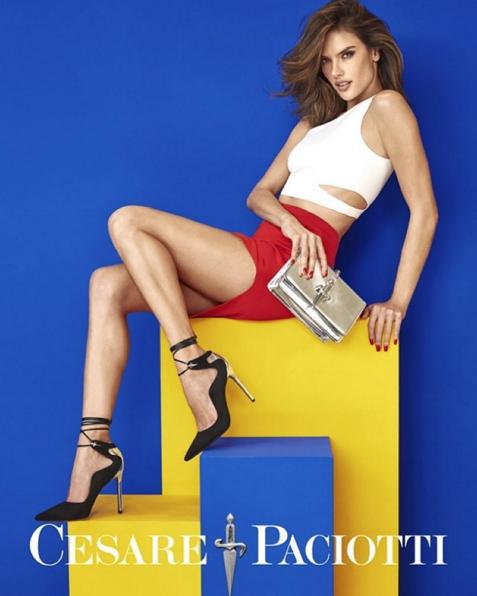 Photos : Alessandra Ambrosio : sexy et colorée en charmante compagnie pour Cesare Paciotti !