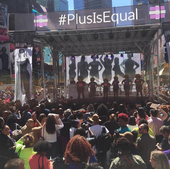 Plus Is Equal, le mouvement innonde Times Square !