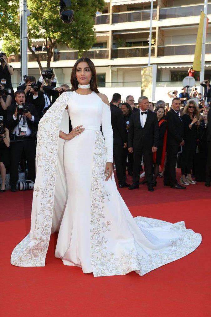 Sonam Kapoor sur le tapis rouge du 69e Festival de Cannes
