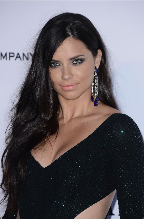 Adriana Lima opte pour le smoky eyes !