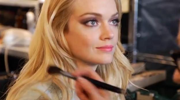 Dernière retouche makeup avant le shooting