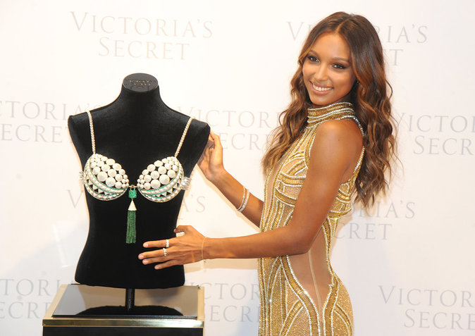 Jasmine Tookes dévoile le Million 2016 Bright Night Fantasy Bra dans la boutique Victoria's Secret de la 5e Avenue à New York, le 26 octobre 2016