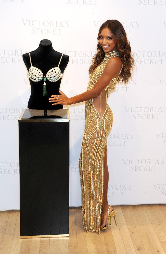 Jasmine Tookes dévoile le Million 2016 Bright Night Fantasy Bra dans la boutique Victoria's Secret de la 5e Avenue à New York, le 26 octobre 2016