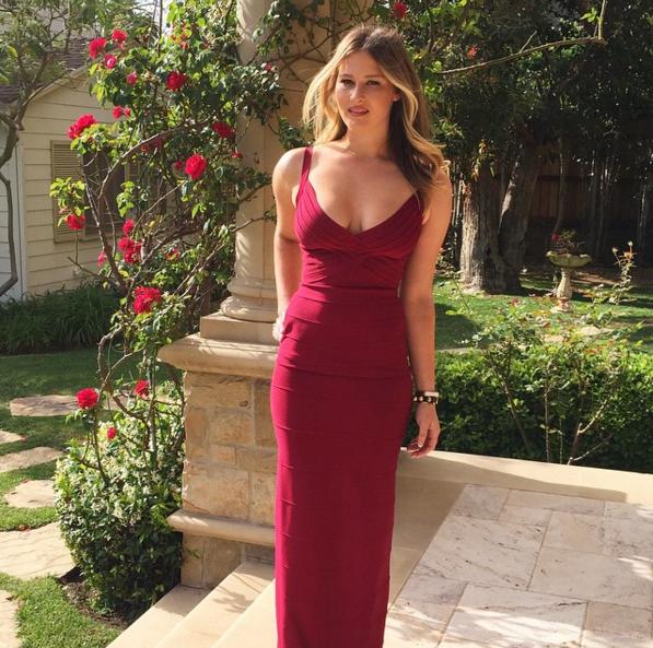 Destry Spielberg avec une robe moulante digne d'une Prom Queen
