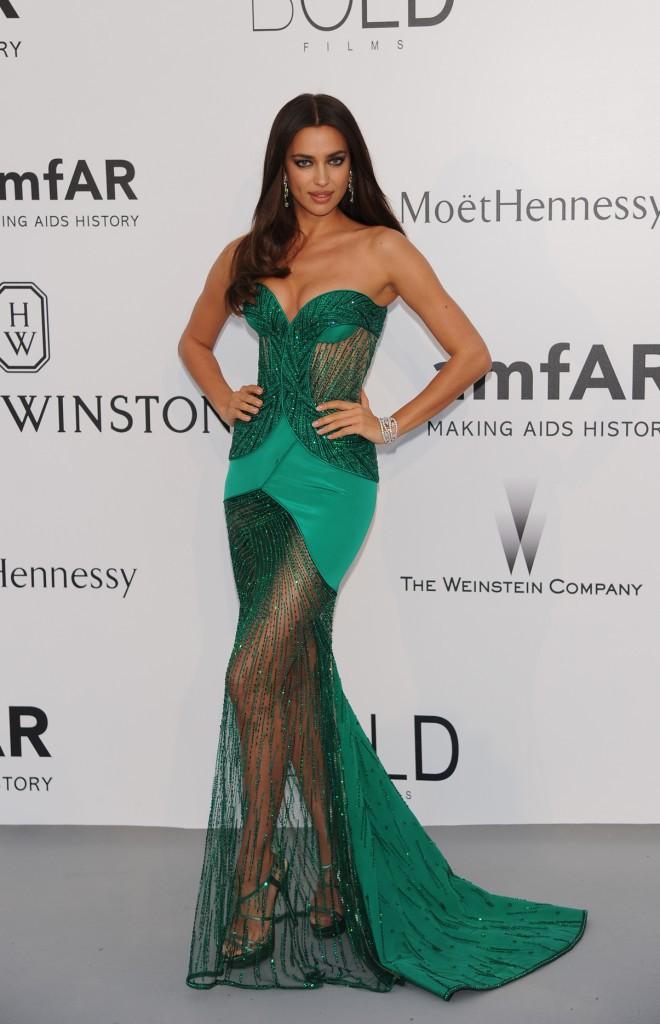 Irina Shayk en Versace, le jeudi 22 mai au gala AmfAR