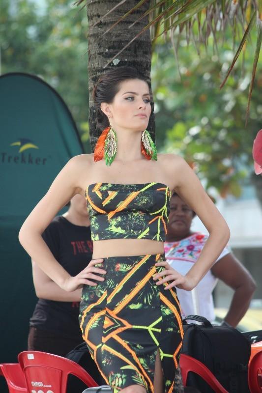 Isabeli Fontana en shooting pour Morena Rosa à Rio de Janeiro, le 2 avril 2013.