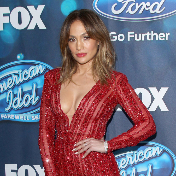 """Photos : Jennifer Lopez : """"all red everything"""" pour la finale d'American Idol!"""