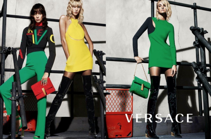 Karlie Kloss, Lexi Boling et Caroline Trentini pour Versace