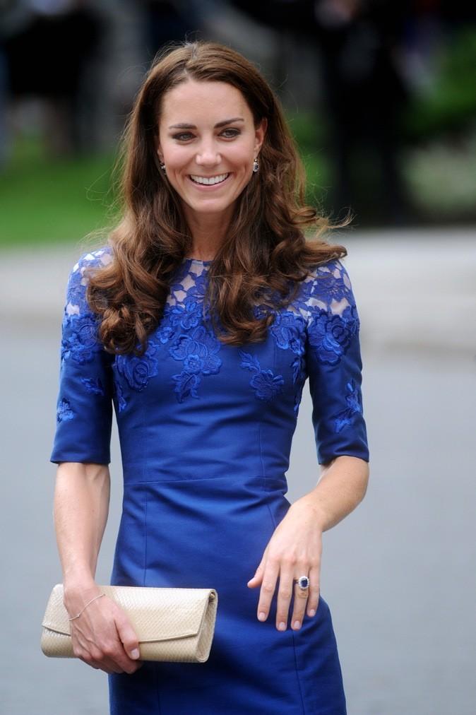 Robe bleu éléctrique, Kate Middleton a tout juste !
