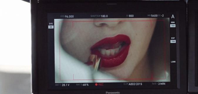 """Kendall Jenner, égérie du nouveau parfum """"Modern Muse Le Rouge"""" d'Estée Lauder : photos du clip vidéo"""