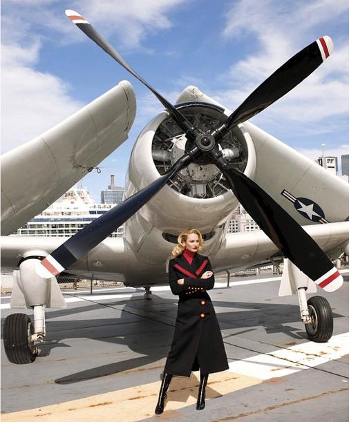Candice Swanepoel pose pour le Harper's Bazaar US