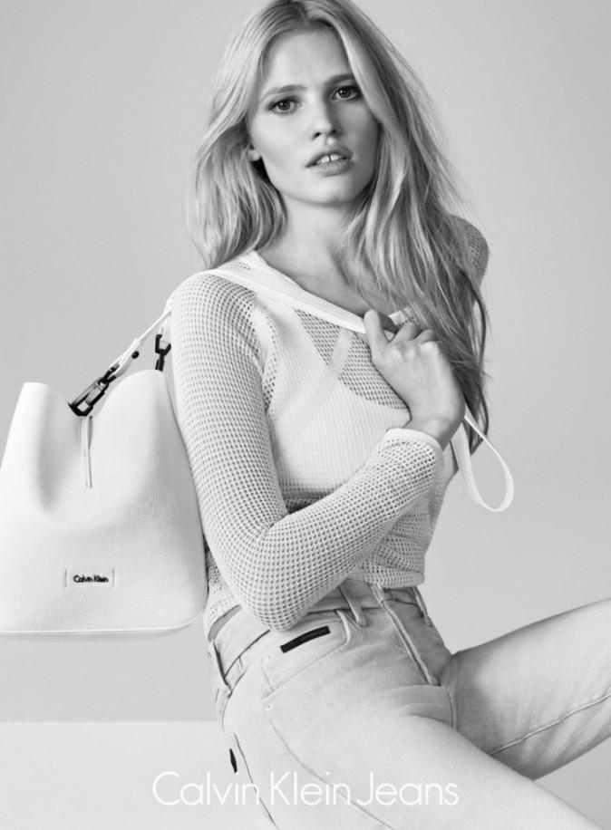 Lara Stone : belle au naturel pour la nouvelle collection Calvin Klein Jeans