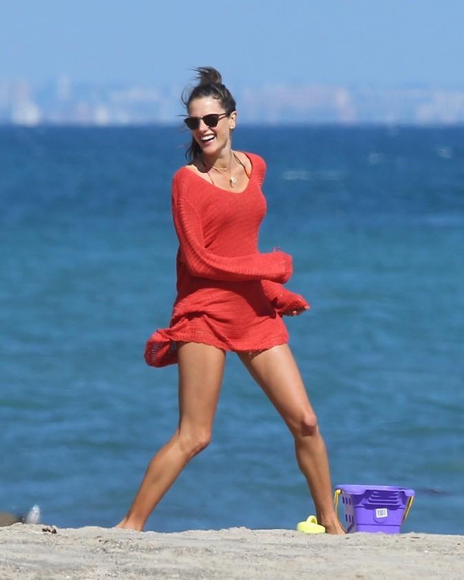 Course poursuite sur la plage pour Alessandra Ambrosio !