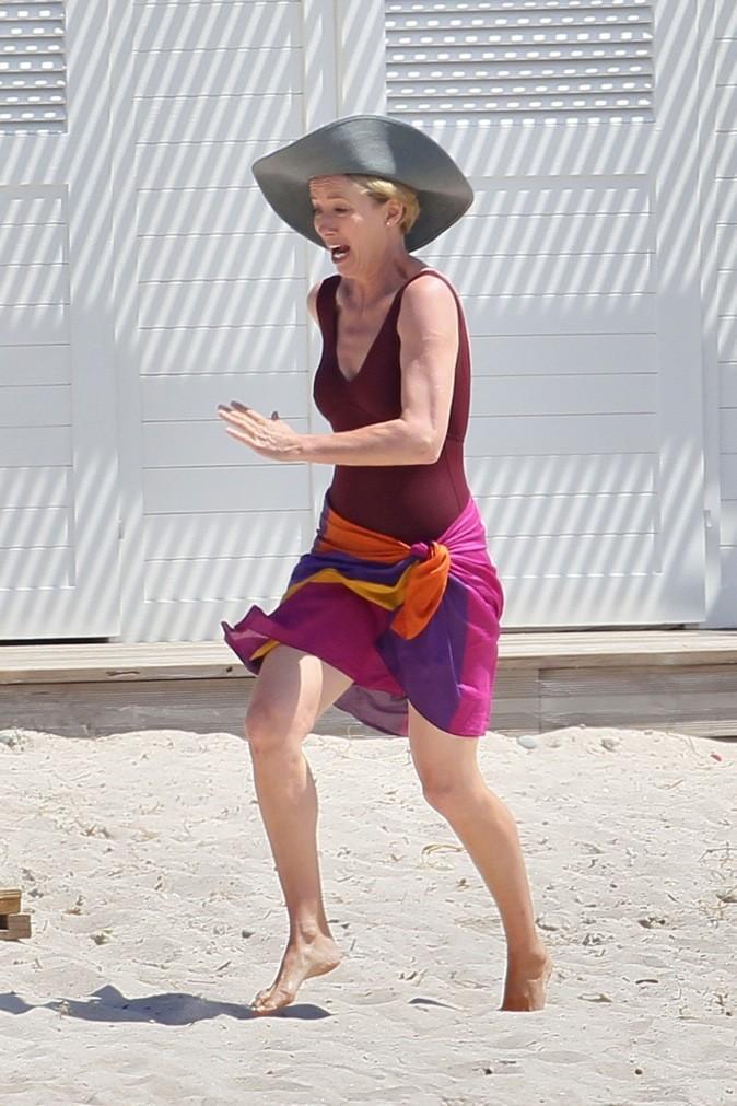 Emma Thompson tape un sprint sur la plage !