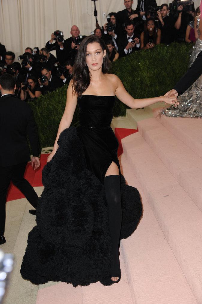 Bella Hadid sur le red carpet du Met Gala 2016
