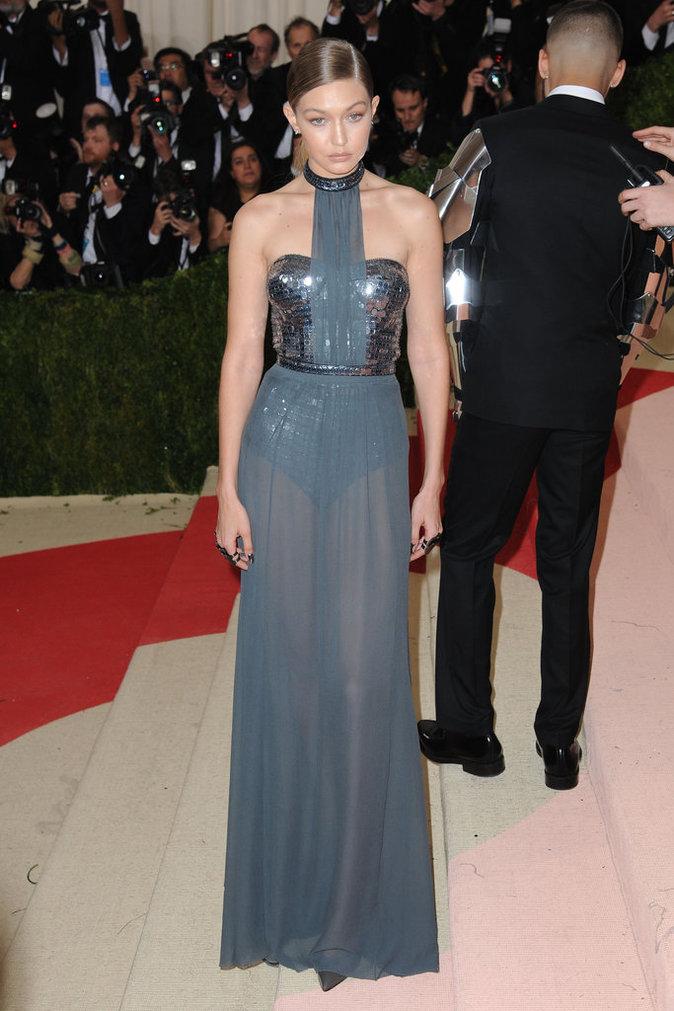 Gigi Hadid sur le red carpet du Met Gala 2016