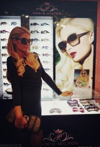Parisi Hilton à Shanghai pour la promo de sa ligne de lunettes de soleil !