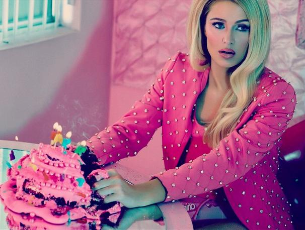 Photos : Paris Hilton pose en poupée Barbie sexy pour ODDA... et ça vaut le détour !