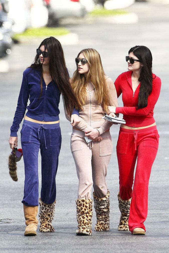 Kendall et Kylie Jenner avec leur survêtement en velours en 2012