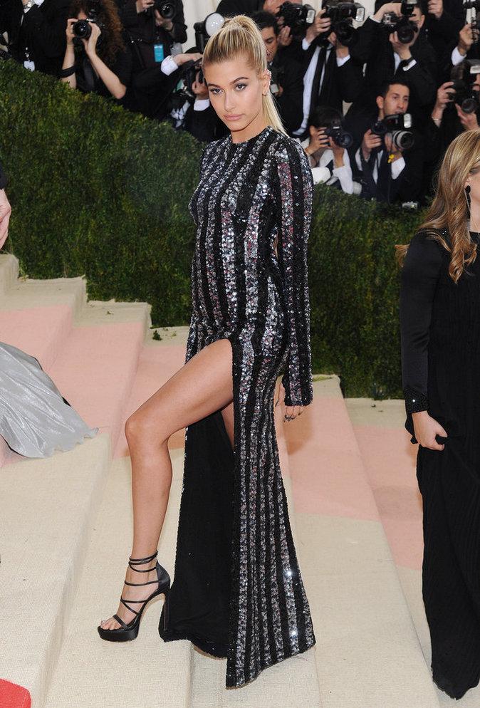 Hailey Baldwin sur le red carpet du Met Gala 2016