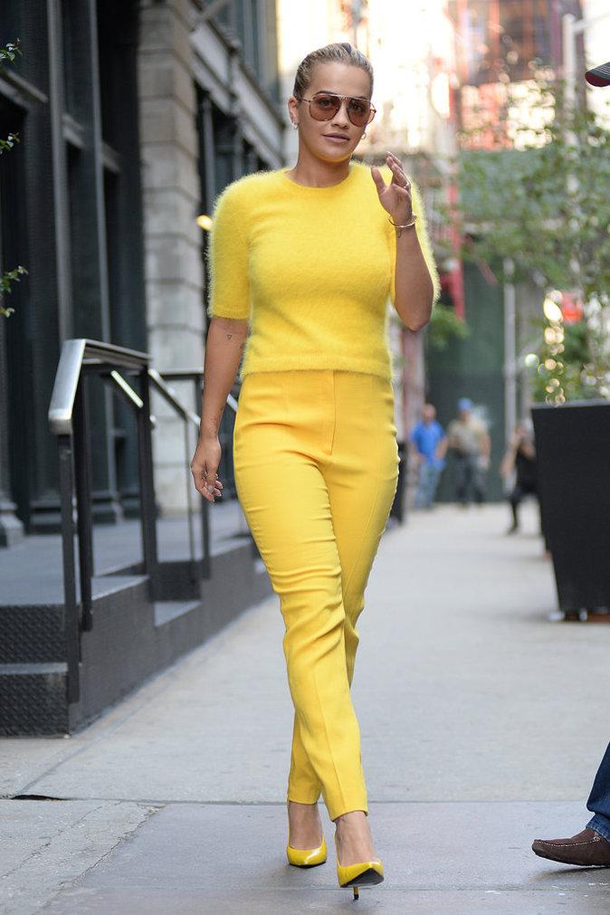 Rita Ora en total look jaune