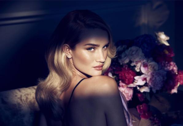 Rosie Huntington-Whiteley pour son parfum Rose Nuit en vente chez Marks & Spencer
