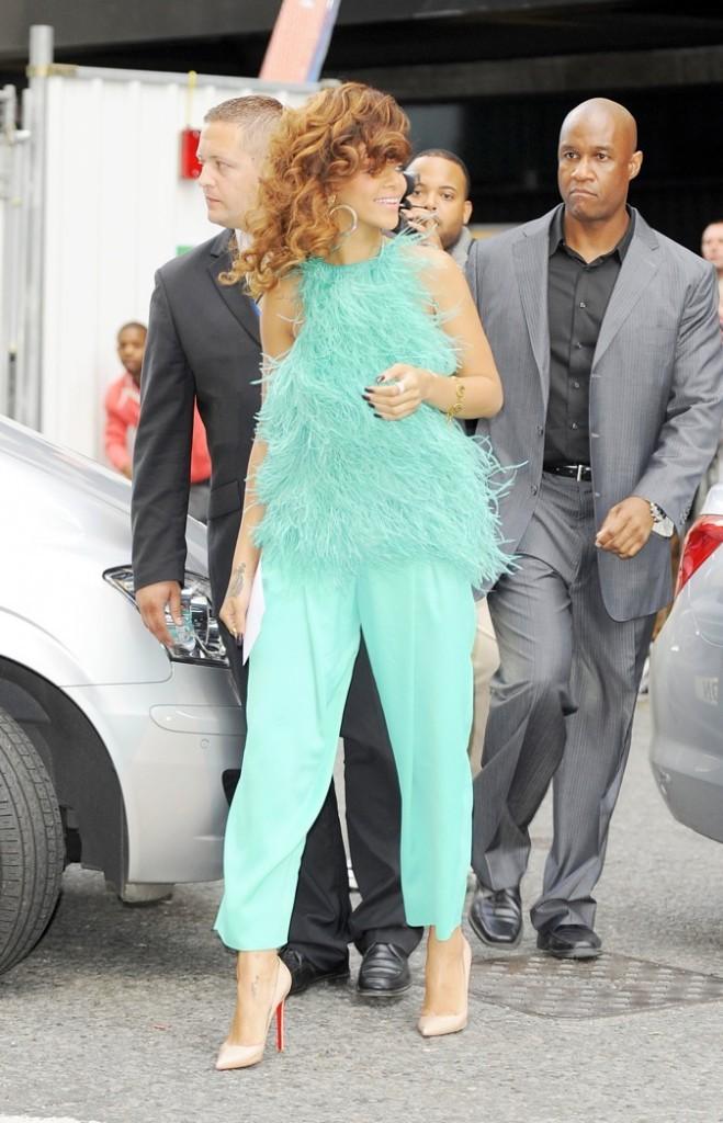 Rihanna : elle mise sur les escarpins pointus nude !