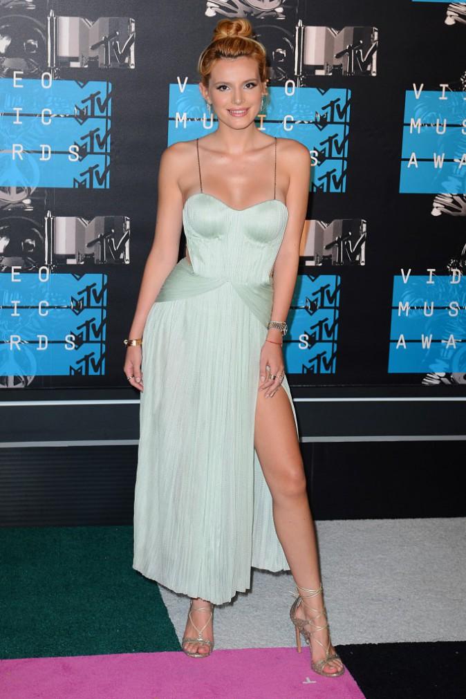 Bella Thorne en robe Maria Lucia Hohan