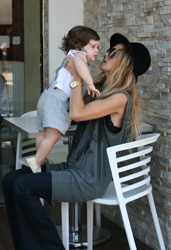 Moment de complicité entre Rachel et son fils.