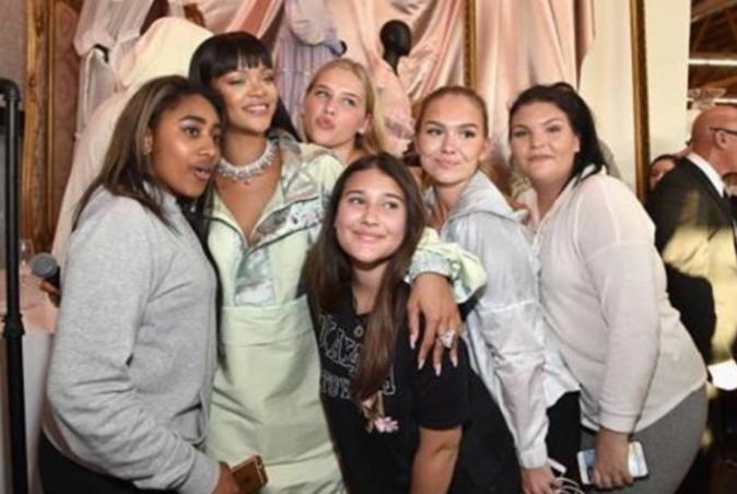 Rihanna pose avec des fans à l'inauguration du pop-up store Fenty x Puma - Los Angeles, le 18 avril 2017