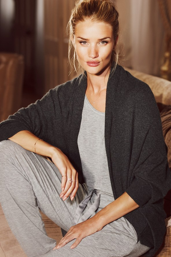 "Rosie Huntington-Whiteley : en shooting pour sa collection de vêtements de nuit : ""Je ne me sens pas comme un sex-symbol !"""