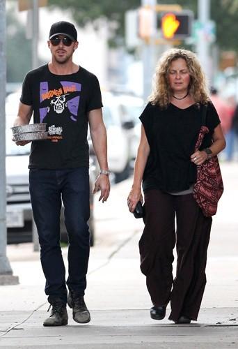 Ryan et Donna Gosling dans les rues de New York. Décidément, on préfère lorsque Donna porte les vêtements d'Eva Mendes
