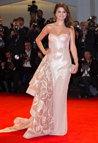 Selena dans une robe Atelier Versace au Festival du Film de Venise le 5 septembre 2012.