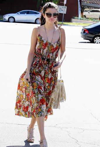 Selena Gomez en mode hippie chic arborant une robe Free People dans les rue de Los Angeles le 1er Mars 2013.