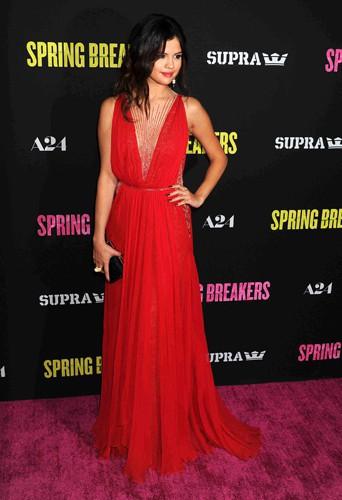 Selena Gomez en Reem Acra lors de la première de Spring Breakers à Hollywood, le 14 mars 2013.