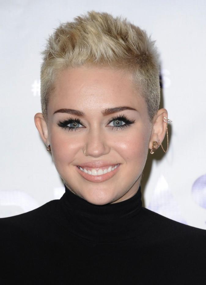 1- Miley troque sa coupe de fille sage contre des cheveux en brosse peroxydés.