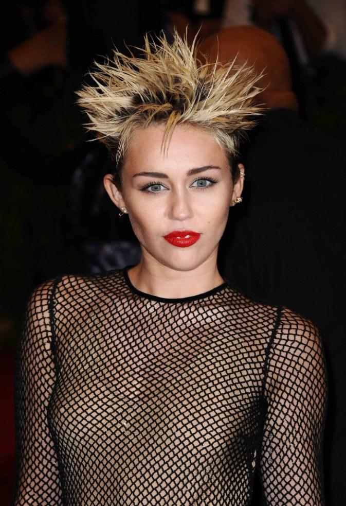 3-Les pétards, très peu pour elle, enfin sauf quand elle se coiffe!
