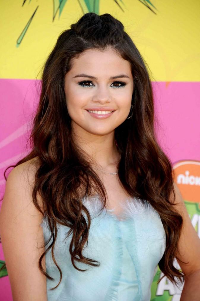3- Selena ose l'eye liner turquoise et ça lui va bien.