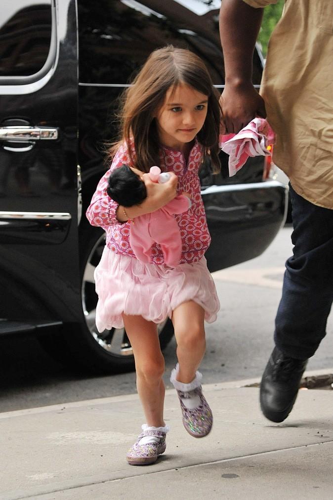 En total look rose, elle essaye d'échapper aux paparrazis !