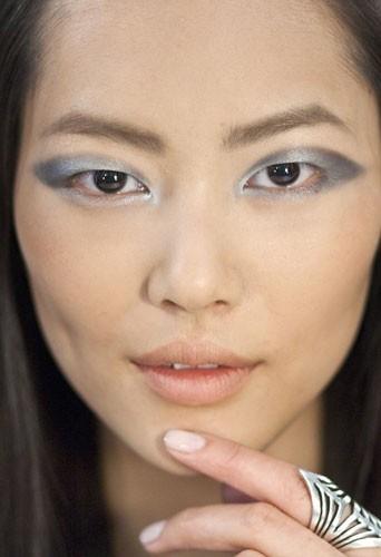 Tendance automne-hiver 2011 : Liu Wen avec un maquillage métallisé Estée Lauder