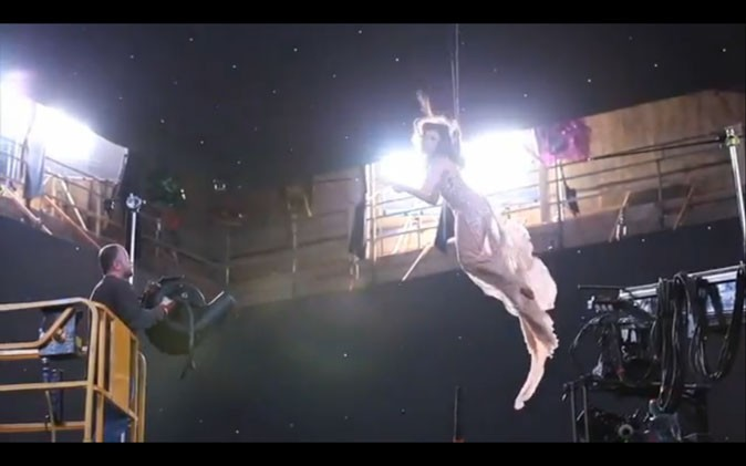 Deux cables, un ventilateur et hop ! Eva Mendes transformée en ange !