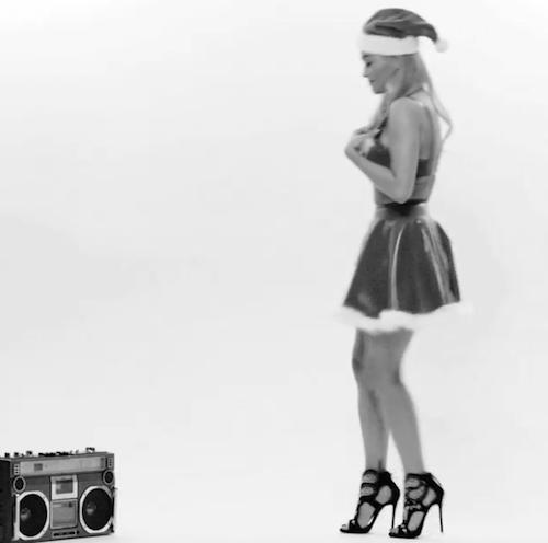 Vidéo : Rita Ora : Mère Noël hot et déjantée pour le calendrier LOVE Magazine !