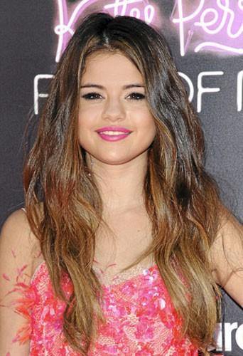 Selena Gomez :  La jolie égérie Disney choisit un rose fashy et féminin qui lui donne bonne mine !