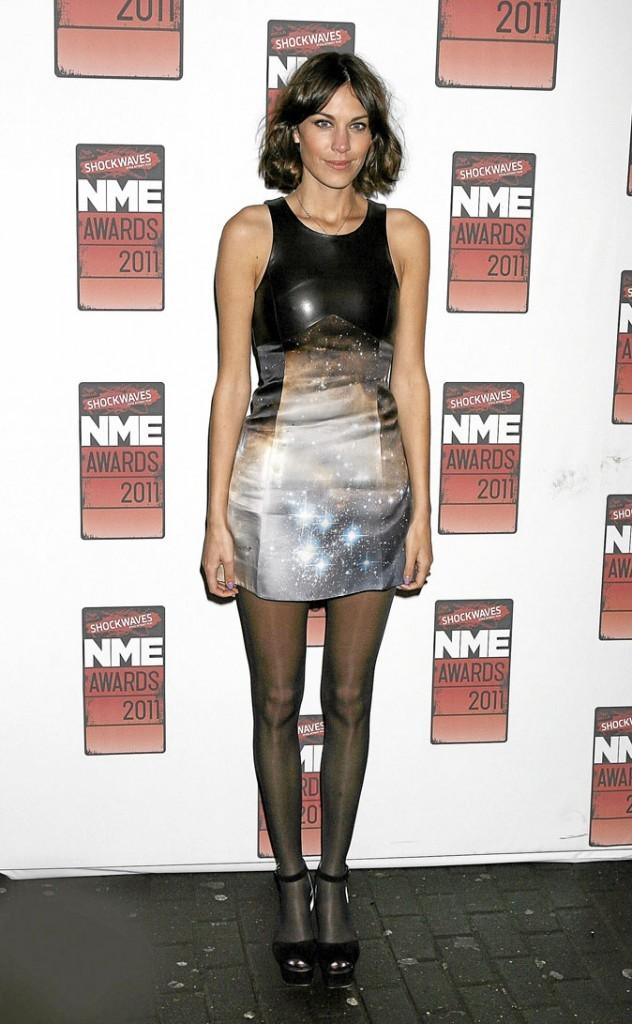 Alexa Chung préfère la petite robe en cuir noir !