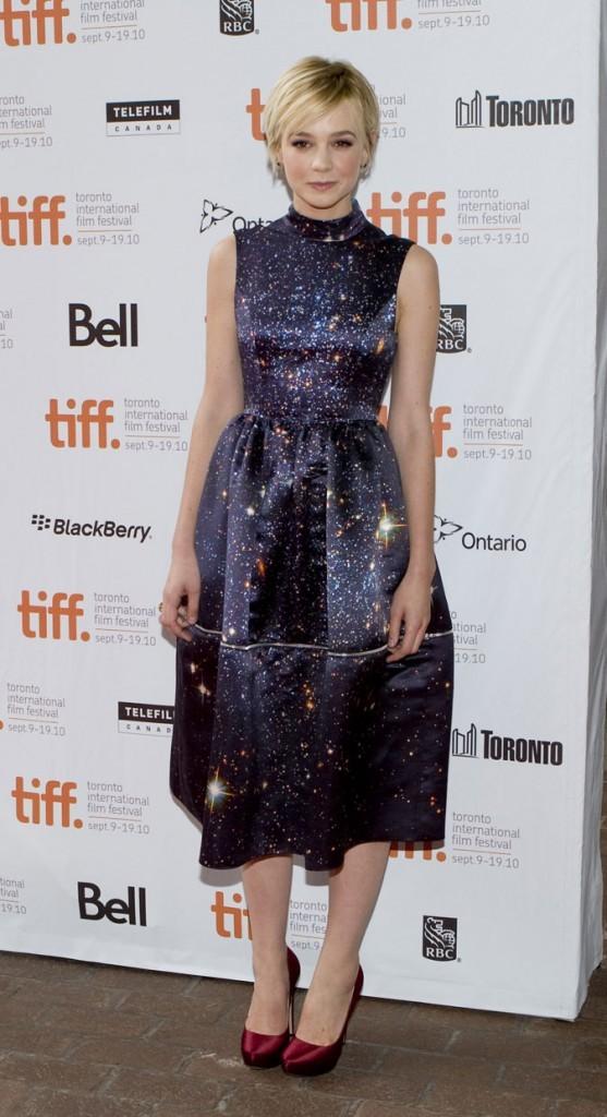 Carey Mulligan avec sa longue robe étoilée