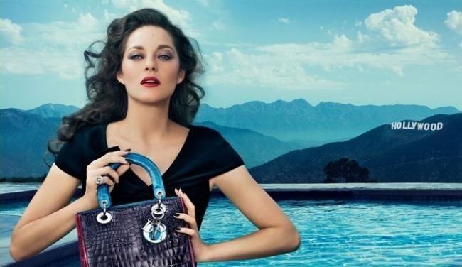 Vidéo : Marion Cotillard : elle continue de briller pour Dior et met le tout Hollywood dans son nouveau sac !