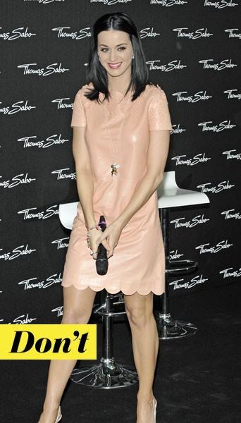 Katy Perry en robe en cuir nude