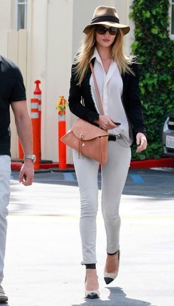 Rosie Huntington-Whiteley portant les escarpins bicolores Isabel Marant