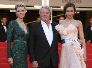 Sylivie Tellier, Alain Delon et Marine Lorphelin à Cannes